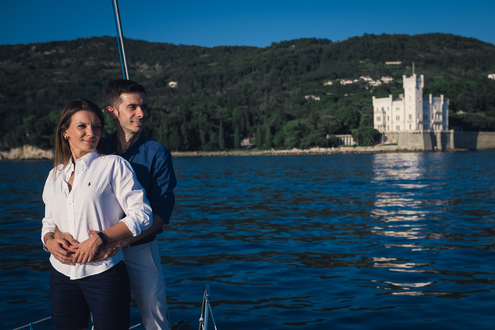 foto coppia in barca a vela trieste